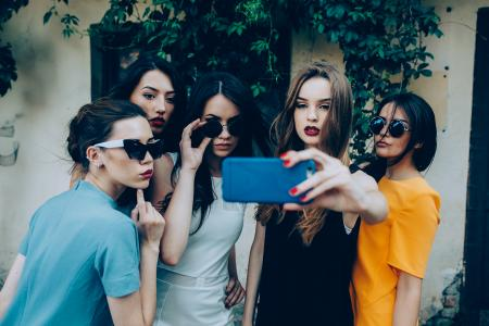 teen girls selfie